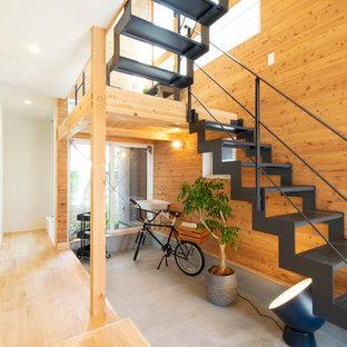 Imagen de escalera madera y en U, asiática, pequeña, sin contrahuella, con escalones de metal, barandilla de metal y madera