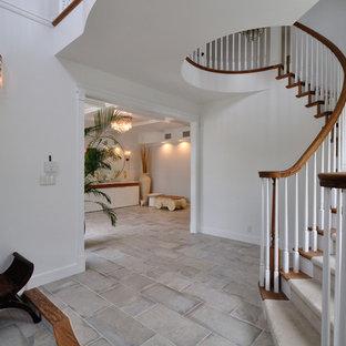他の地域の木のトラディショナルスタイルのおしゃれなサーキュラー階段 (木材の手すり) の写真
