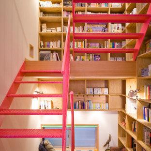 Idée de décoration pour un escalier sans contremarche droit nordique de taille moyenne avec des marches en métal.
