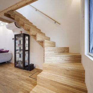 他の地域の木のカントリー風おしゃれなサーキュラー階段 (木の蹴込み板、木材の手すり) の写真