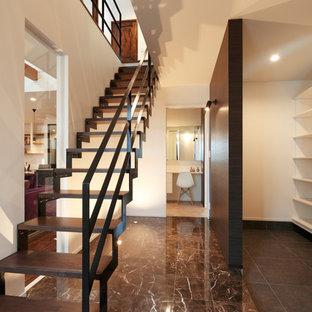 他の地域の木のアジアンスタイルのおしゃれな直階段 (金属の手すり) の写真