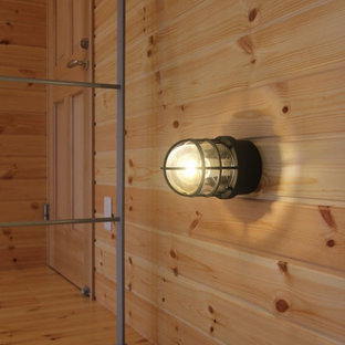 Foto de escalera de caracol y boiserie, urbana, grande, sin contrahuella, con escalones de madera, barandilla de metal y boiserie