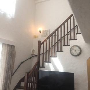Ejemplo de escalera en L, romántica, pequeña, con escalones de madera y barandilla de madera