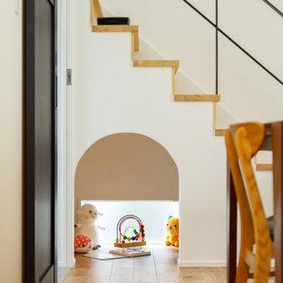 Modelo de escalera recta y machihembrado, escandinava, de tamaño medio, con escalones de madera, contrahuellas de madera, barandilla de metal y machihembrado