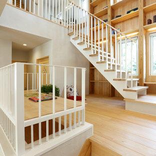 他の地域の大きい木の北欧スタイルのおしゃれな階段の写真