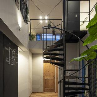 東京都下の中くらいの木のコンテンポラリースタイルのおしゃれな階段 (金属の手すり) の写真