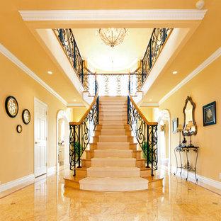 他の地域の巨大なヴィクトリアン調のおしゃれな階段の写真