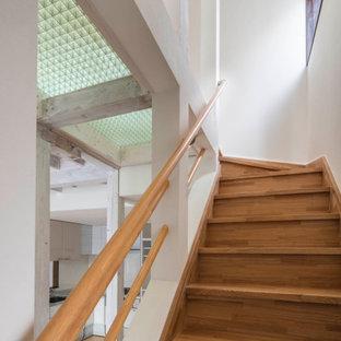 Ejemplo de escalera recta y papel pintado, escandinava, pequeña, con escalones de madera, barandilla de madera y papel pintado