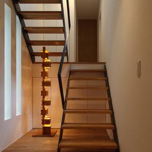 他の地域の木のアジアンスタイルのおしゃれなオープン階段 (金属の手すり) の写真