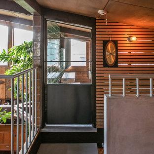 Imagen de escalera madera, de estilo zen, con escalones de metal, contrahuellas de metal, barandilla de metal y madera