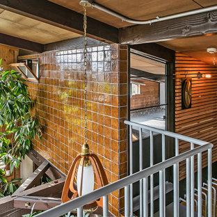 Diseño de escalera madera, asiática, con escalones de metal, contrahuellas de metal, barandilla de metal y madera