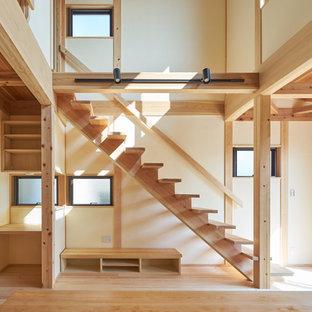 他の地域の中くらいの木の和風のおしゃれな直階段 (木の蹴込み板、木材の手すり) の写真