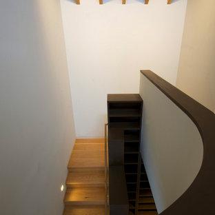 """Foto di una scala a """"L"""" tradizionale di medie dimensioni con pedata in legno, alzata in legno, parapetto in legno e pareti in perlinato"""