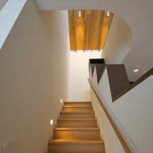 Ejemplo de escalera en L y machihembrado, clásica, de tamaño medio, con escalones de madera, contrahuellas de madera, barandilla de madera y machihembrado