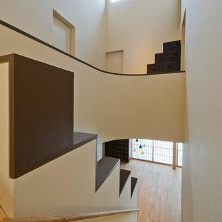 Modelo de escalera en L y machihembrado, clásica, de tamaño medio, con escalones de madera, contrahuellas de madera, barandilla de madera y machihembrado