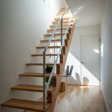下る傾斜地の家