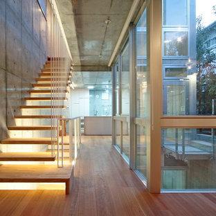 東京23区の木のインダストリアルスタイルのおしゃれな階段の写真
