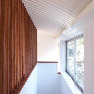 Imagen de escalera recta y papel pintado, pequeña, con escalones de madera pintada, contrahuellas de madera, barandilla de madera y papel pintado