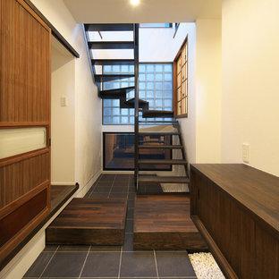 東京23区のアジアンスタイルのおしゃれな階段 (金属の手すり) の写真