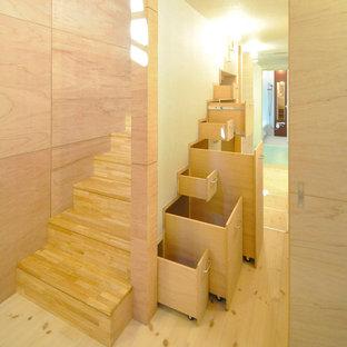 横浜の木のモダンスタイルの階段の画像 (木の蹴込み板)