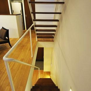 東京23区の小さい木のコンテンポラリースタイルのおしゃれな階段 (金属の手すり) の写真