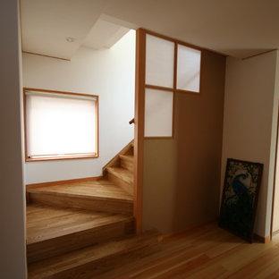 他の地域の木の和風のおしゃれなかね折れ階段 (木の蹴込み板、木材の手すり) の写真