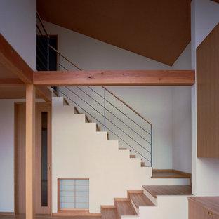 東京都下の中くらいの木の和風のおしゃれな折り返し階段 (フローリングの蹴込み板、混合材の手すり) の写真