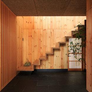 他の地域の木のアジアンスタイルのおしゃれな直階段 (木の蹴込み板) の写真
