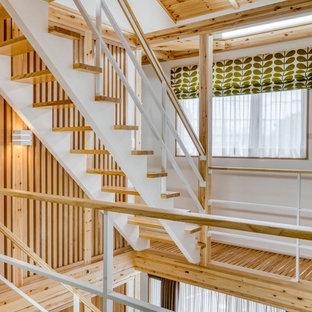 他の地域の木のカントリー風おしゃれな階段 (金属の手すり) の写真