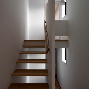 Diseño de escalera suspendida, actual, pequeña, sin contrahuella, con escalones de madera y barandilla de madera