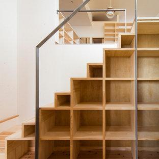 Modelo de escalera recta, moderna, con escalones de madera y contrahuellas de madera
