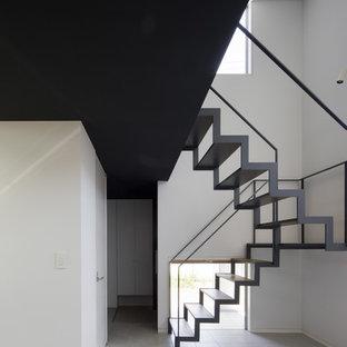 他の地域の中くらいのモダンスタイルのおしゃれな階段 (金属の手すり) の写真