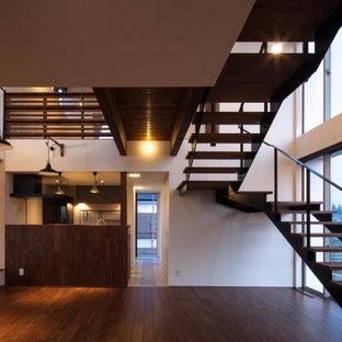 Ejemplo de escalera en U y papel pintado, moderna, de tamaño medio, con escalones de madera, contrahuellas de metal, barandilla de metal y papel pintado