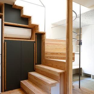 他の地域の木のインダストリアルスタイルのおしゃれなサーキュラー階段 (木の蹴込み板) の写真
