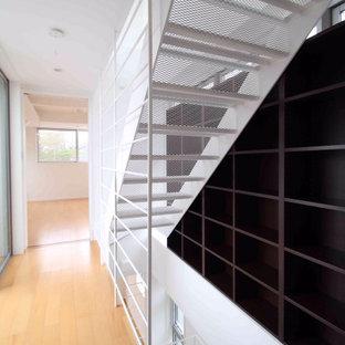 Foto de escalera recta y papel pintado, moderna, de tamaño medio, con escalones de metal, contrahuellas de metal, barandilla de metal y papel pintado