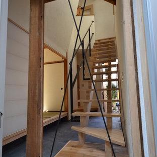 東京都下の木のアジアンスタイルのおしゃれな階段 (金属の手すり) の写真