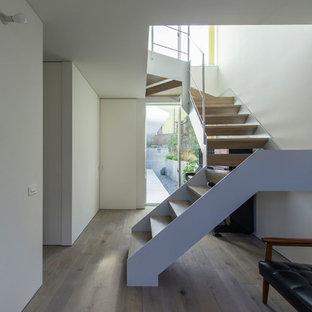大阪の木のモダンスタイルの階段の画像 (金属の手すり)