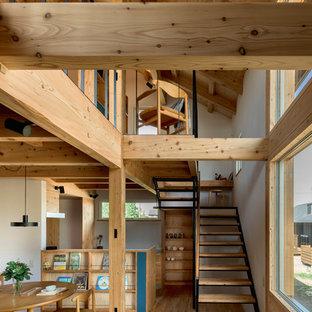 札幌の木のアジアンスタイルのおしゃれな階段 (混合材の手すり) の写真
