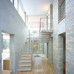 他の地域の木のコンテンポラリースタイルのおしゃれな階段 (コンクリートの蹴込み板) の写真