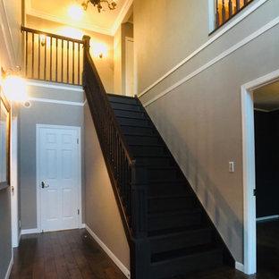 Imagen de escalera recta y papel pintado, romántica, grande, con escalones de madera, contrahuellas de madera, barandilla de madera y papel pintado