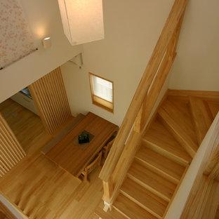 他の地域の中くらいの木の和風のおしゃれな折り返し階段 (木の蹴込み板、木材の手すり) の写真