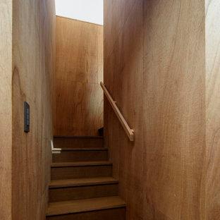 Ejemplo de escalera en U y madera, minimalista, pequeña, con escalones de madera, contrahuellas de madera, barandilla de madera y madera