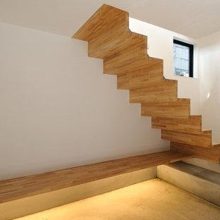東京23区の木のアジアンスタイルのおしゃれな直階段 (木の蹴込み板) の写真