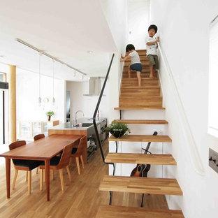 他の地域の小さい木のモダンスタイルのおしゃれな階段 (金属の手すり) の写真