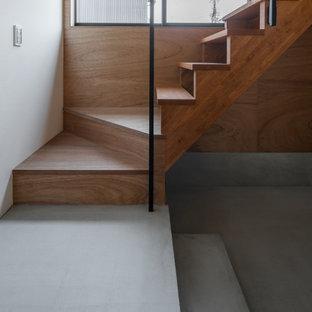 Foto de escalera recta y madera, rural, pequeña, con escalones de madera, contrahuellas de madera, barandilla de metal y madera
