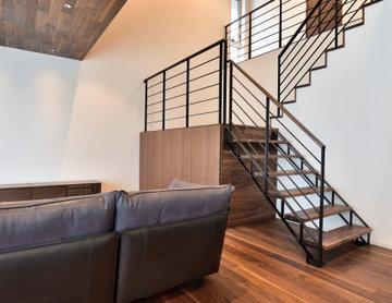大きな吹抜けと中二階に設置された階段