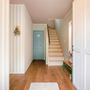 他の地域の小さい木のヴィクトリアン調のおしゃれな折り返し階段 (木の蹴込み板、金属の手すり) の写真