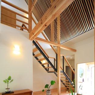 他の地域の木の和風のおしゃれな階段 (混合材の手すり) の写真