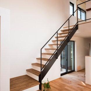 他の地域の木のモダンスタイルのおしゃれなフローティング階段 (金属の手すり) の写真