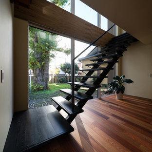 他の地域の木のミッドセンチュリースタイルのおしゃれな階段 (金属の手すり) の写真